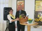Obfrau Anneliese Schippani begrüßt Dompfarrer Toni Faber